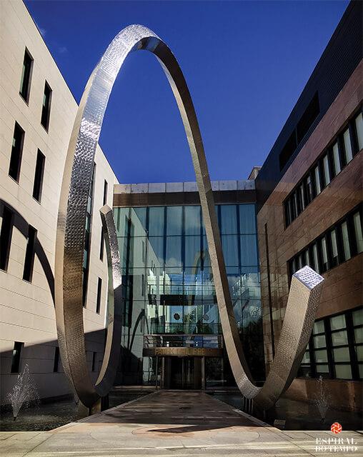 A icónica entrada do edifício da Patek Philippe que será brevemente complementado por novas instalações de 100.000m2.