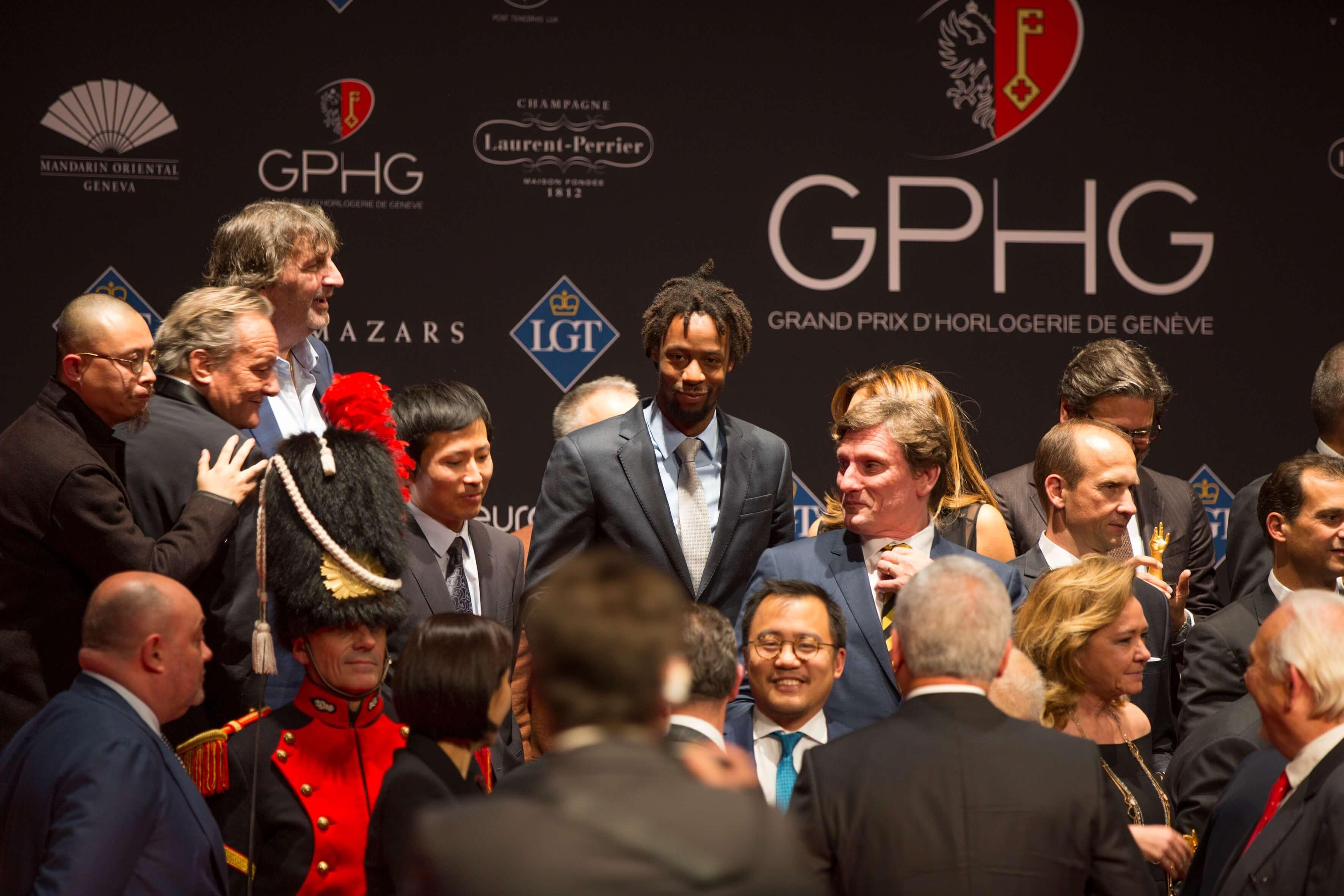O tenista francês Gael Monfils entre membros do júri e representantes das marcas vencedoras © GPHG
