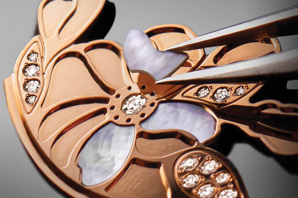 Pétalas de madrepérola do Taiti são delicadamente aplicadas no mostrador do Il Giardino Notturno da Bvlgari