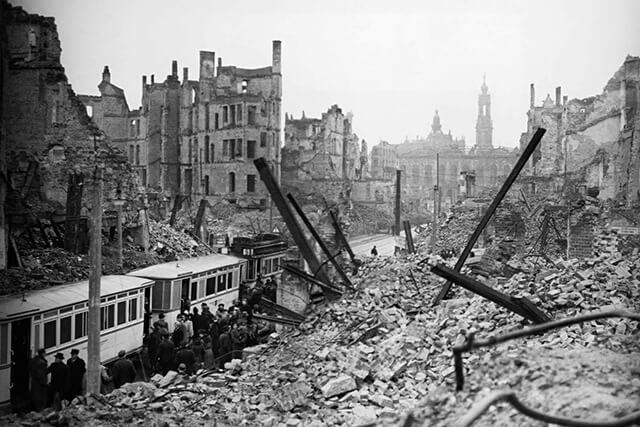 Dresden em ruínas depois do bombardeamento em 1945 © rarehistoricalphotos.com