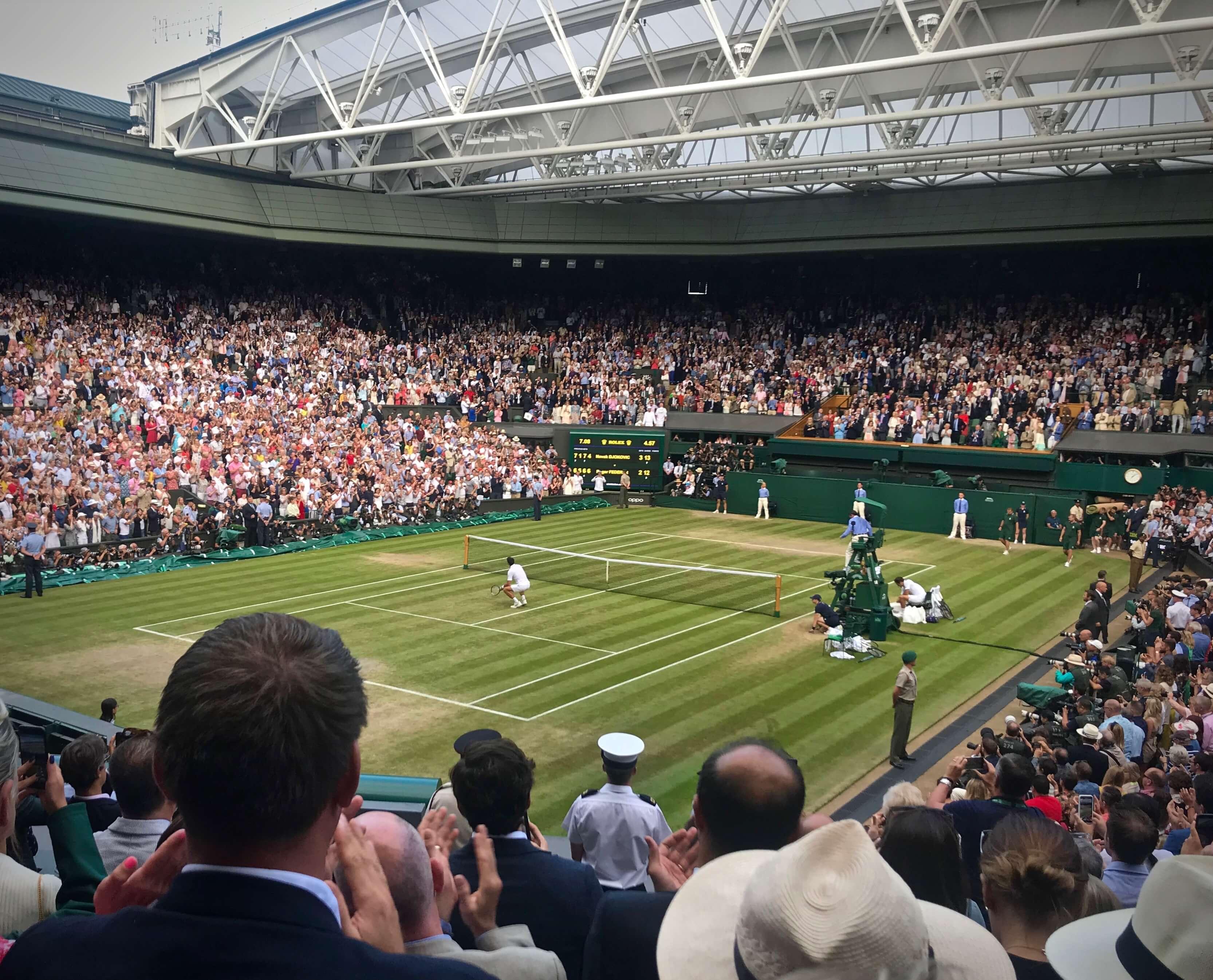 Novak Djokovic de cócoras a saborear a relva e o momento: tinha acabado de se impôr a Roger Federer na mais longa final de sempre em Wimbledon © Miguel Seabra7Espiral do Tempo