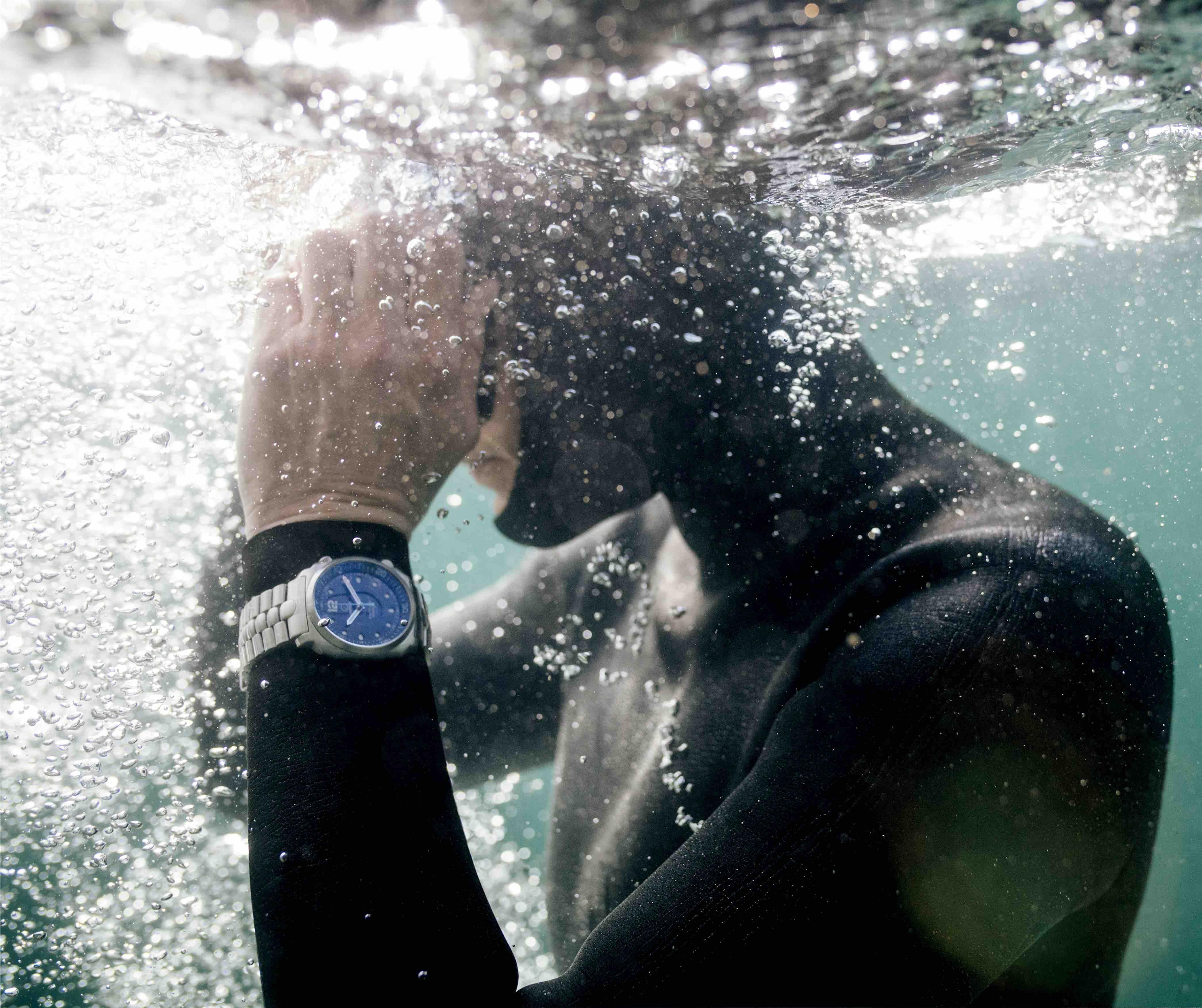 A mergulhadora recordista Johanna Nordblad com o 'seu' relógio © DR