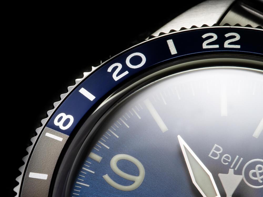 A Bell & Ross optou por manter a pigmentação azulada do mostrador no segmento 'noturno' da luneta e escolheu um tom acinzentado para as horas do dia. © Paulo Pires / Espiral do Tempo