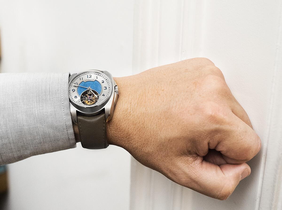 AK-02 Tourbillon Heure Minute com centro de mostrador martelado à mão. © Paulo Pires / Espiral do Tempo