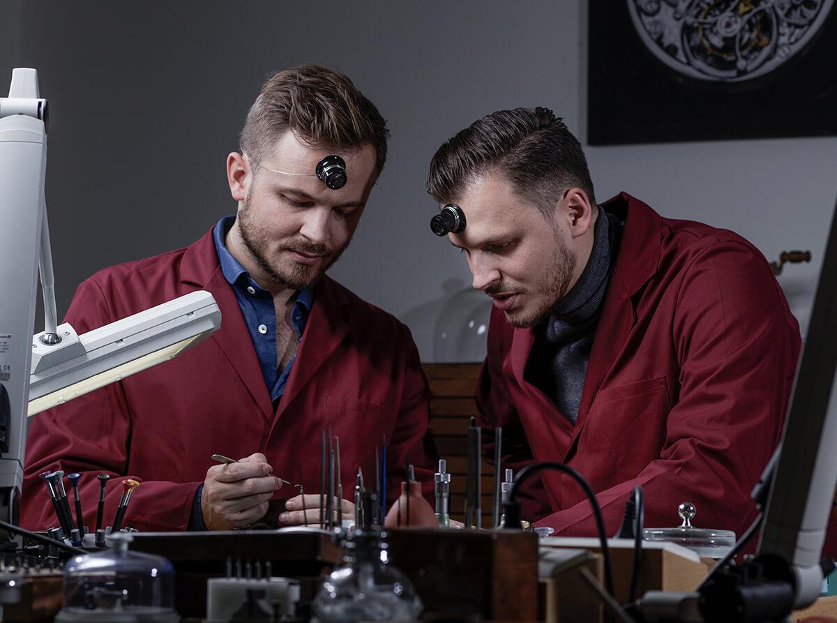 Rexhep Rexhepi (esq.) e o seu irmão Xhevdet Rexhepi (dta.) no atelier da Akrivia em Genève. © Akrivia