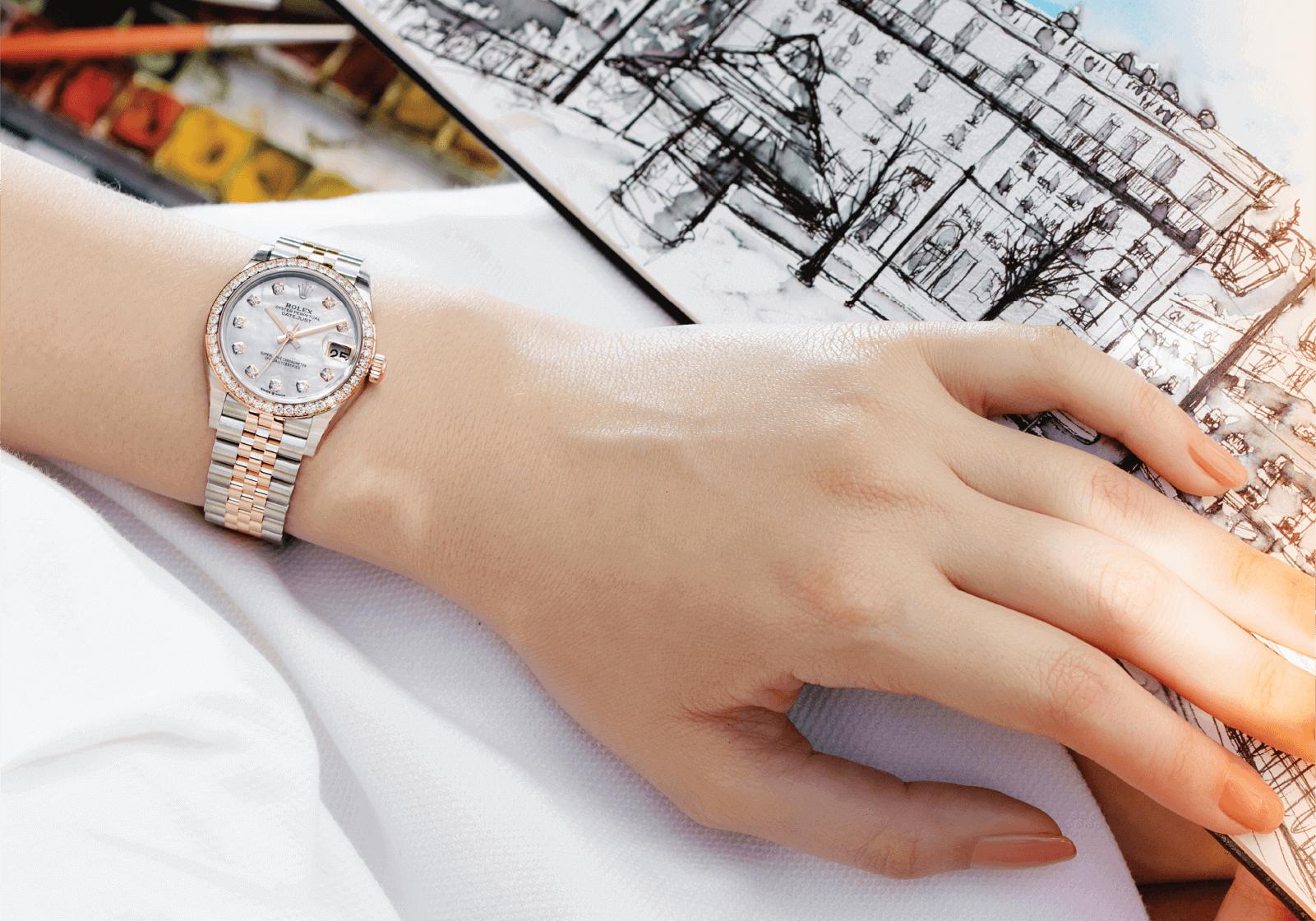 Rolex Oyster Perpetual Lady Datejust Ref. 126281RBR-0009 Corda automática | Aço Oystersteel, ouro Everose e diamantes | Ø 36 mm © Paulo Pires em mão de mulher sobre fundo de ilustração