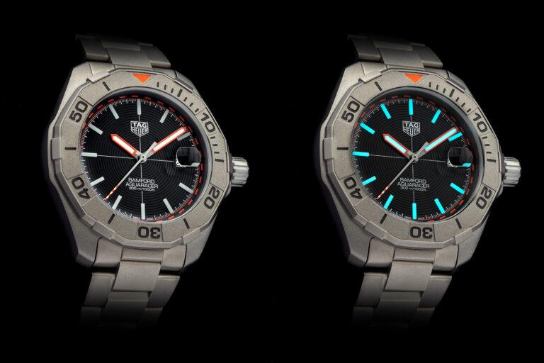 Dois relógios TAG Heuer Aquaracer x Bamford na mesma posição lado a lado, representando o relógio visto à luz e visto no escuro com a luminescência nos ponteiros e indexes ativa dando-lhes um tom azul esverdeado que contraste com o mostrador preto.