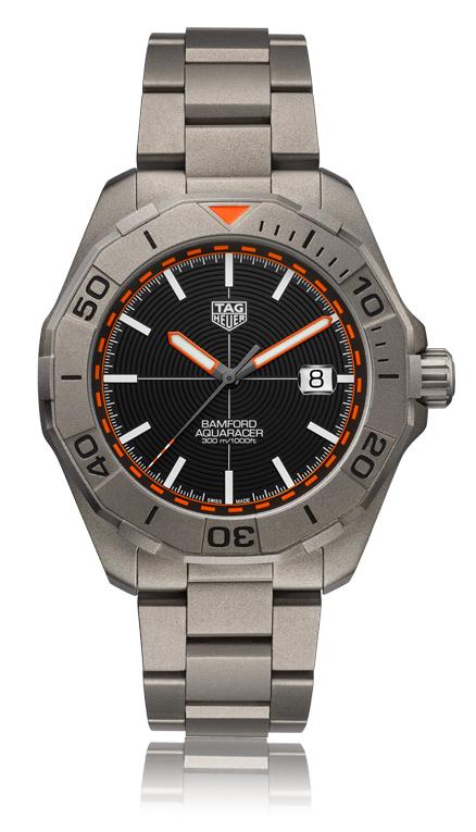 Relógio TAG Heuer Aquaracer x Bamford em posição vertical e visto de frente.