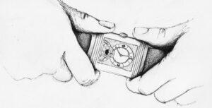 Ilustração a preto e branco de duas mãos a agarrarem um relógio entre elas.