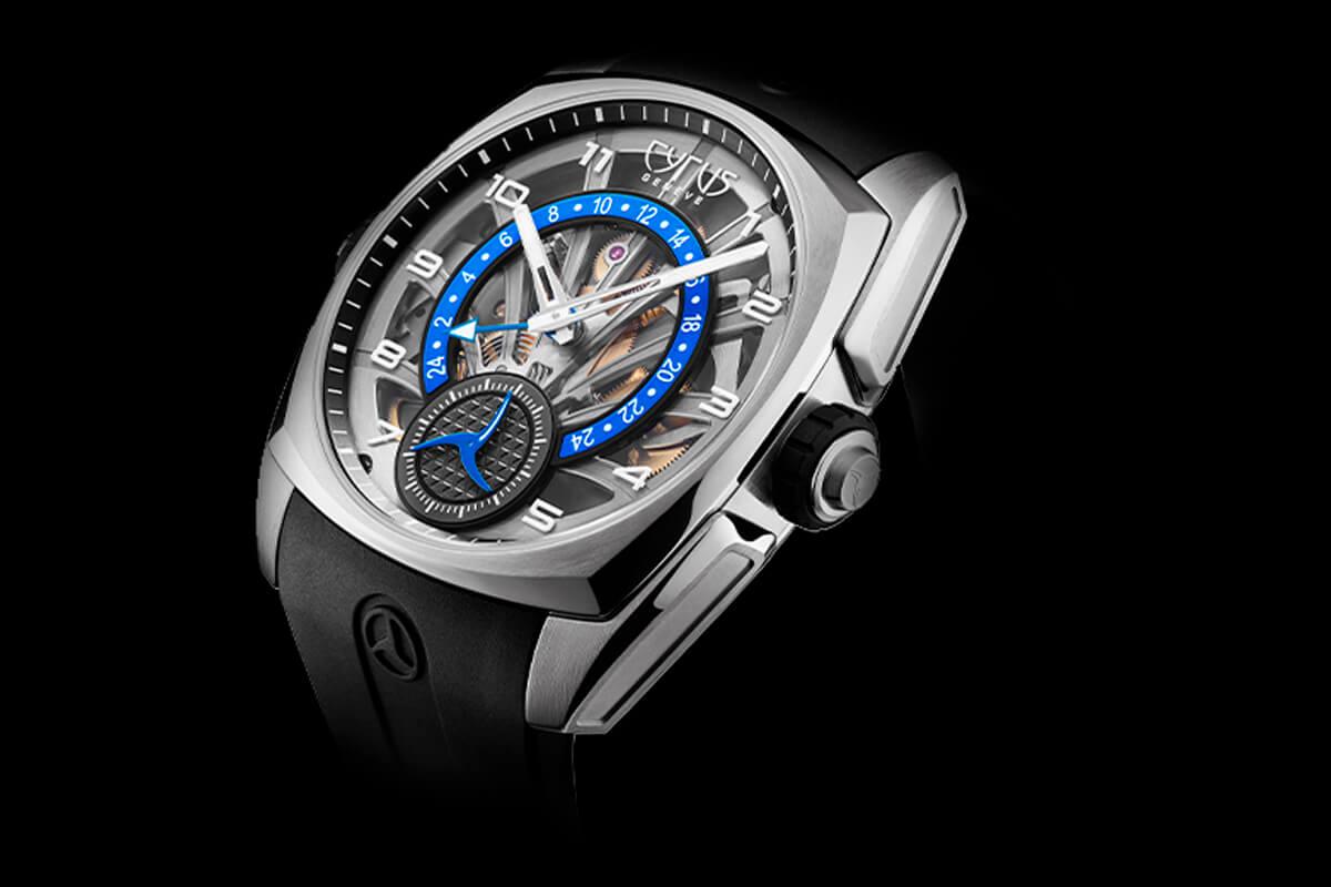 Cyrus Klepcys GMT visto de çado para se poder ver a estrutura arqueada que se adapta particularmente bem ao pulso e a bracelete integrada que reforça a ergonomia.