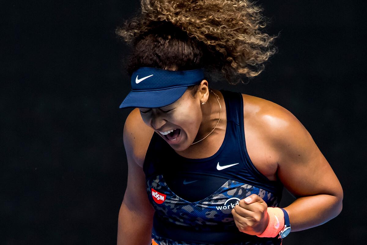 Naomi Osaka a jogar ténis no Open Austrália com um TAG Heuer Carrera no pulso.