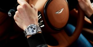 Pulso com Girard-Perregaux e imagem de volante Aston Martin
