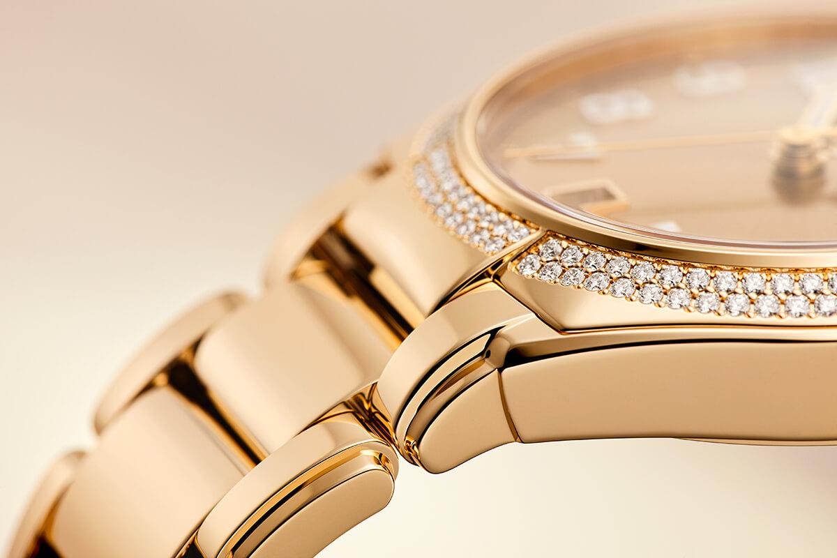 Detalhe da caixa com diamantes e bracelete do Patek Philippe Twenty~4 em ouro rosa.