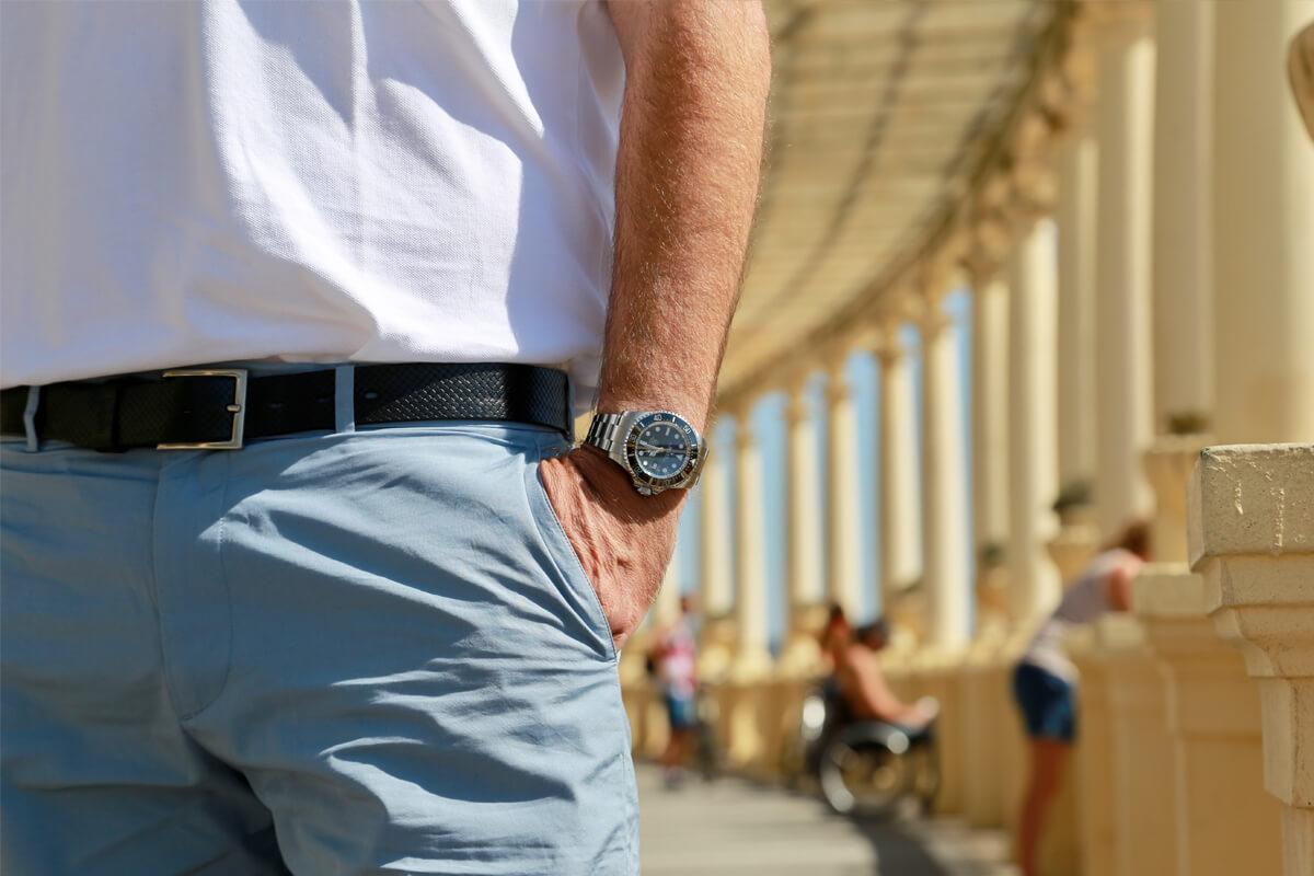 Relógio Rolex DeepSea SeaDweller_James Cameron no pulso, com mão no bolso.