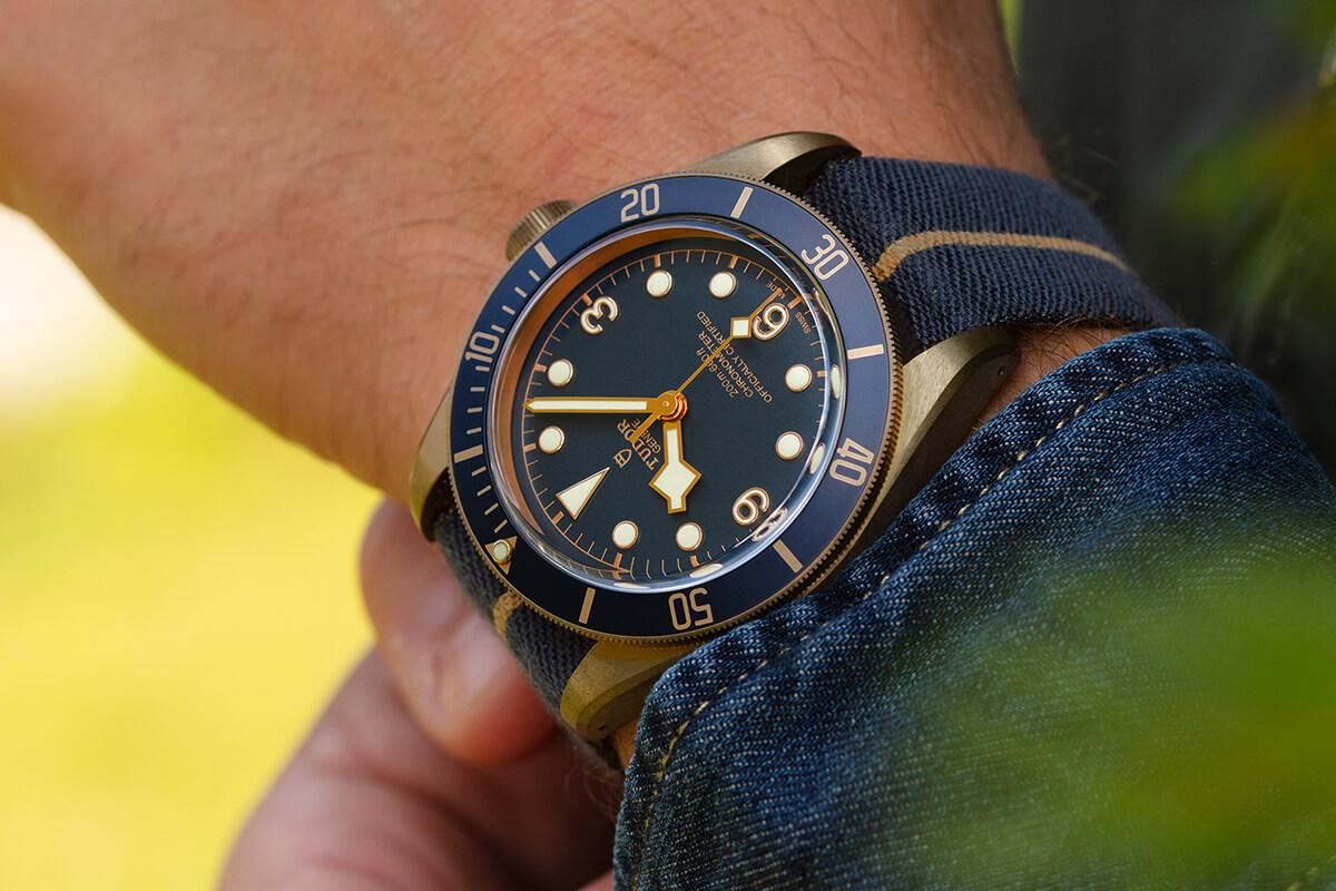 "Tudor Black Bay Bronze ""Bucherer Blue"" num pulso masculino"