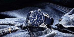 Tudor Black Bay Fifty-Eight Navy Blue deitado num blusão de ganga