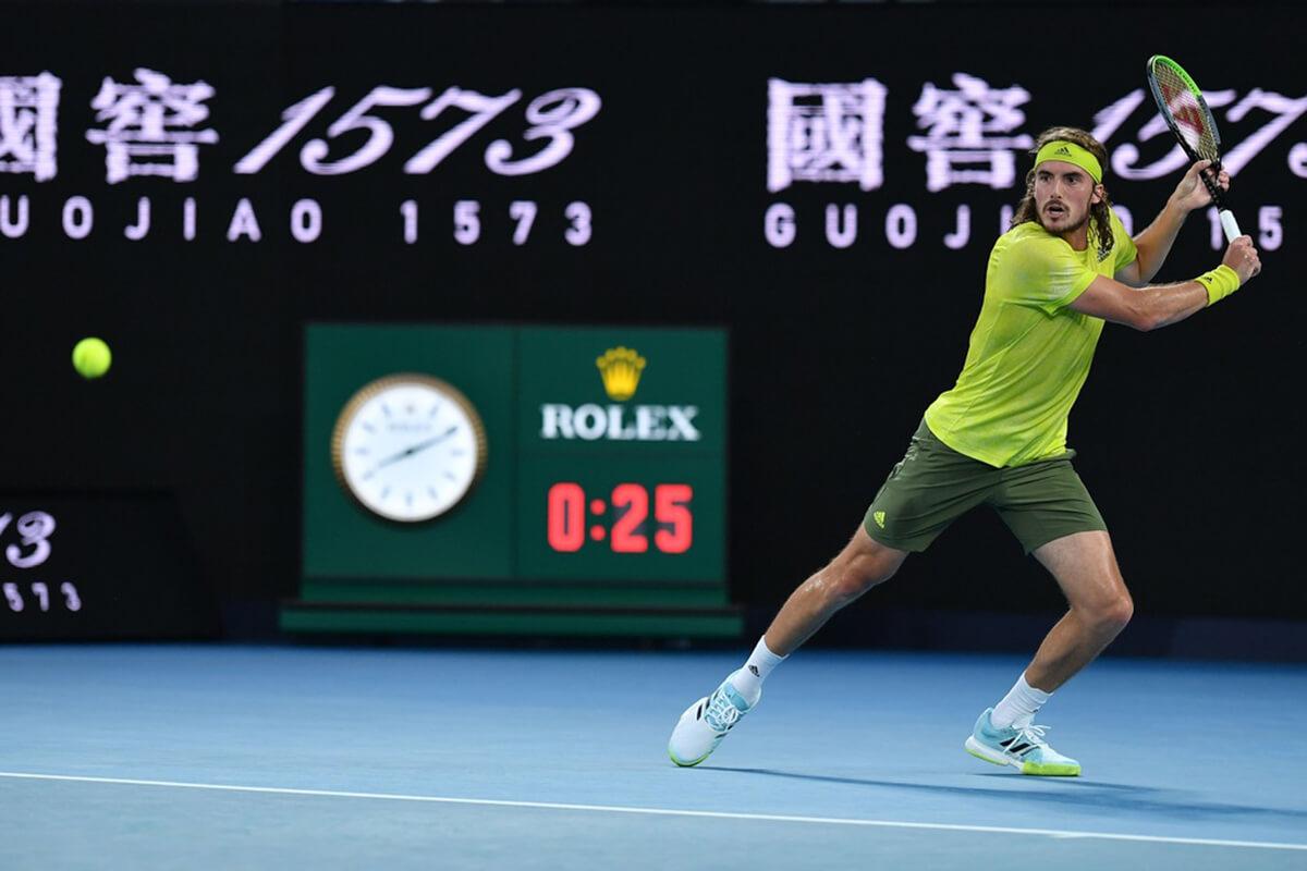Stefanos Tsitsipas a jogar durante o Open Australia 2021.