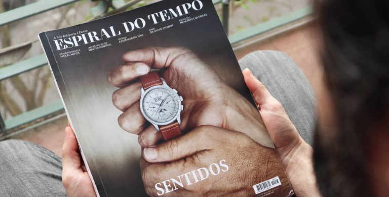Edição 74 da Espiral do Tempo com um Jaeger-LeCoultre na capa, nas mãos de uma pessoa