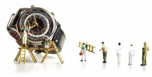 CHOPARD L.U.C TIME TRAVELLER ONE Ref. 168574-3001 | aço | Ø 42 mm, ladeado por bonecos miniatura | © Paulo Pires / Espiral do Tempo