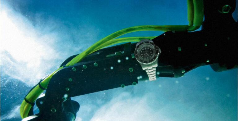 O modelo experimental Rolex Deepsea Challenge está fixado no braço articulado do submarino DEEPSEA CHALLENGER.