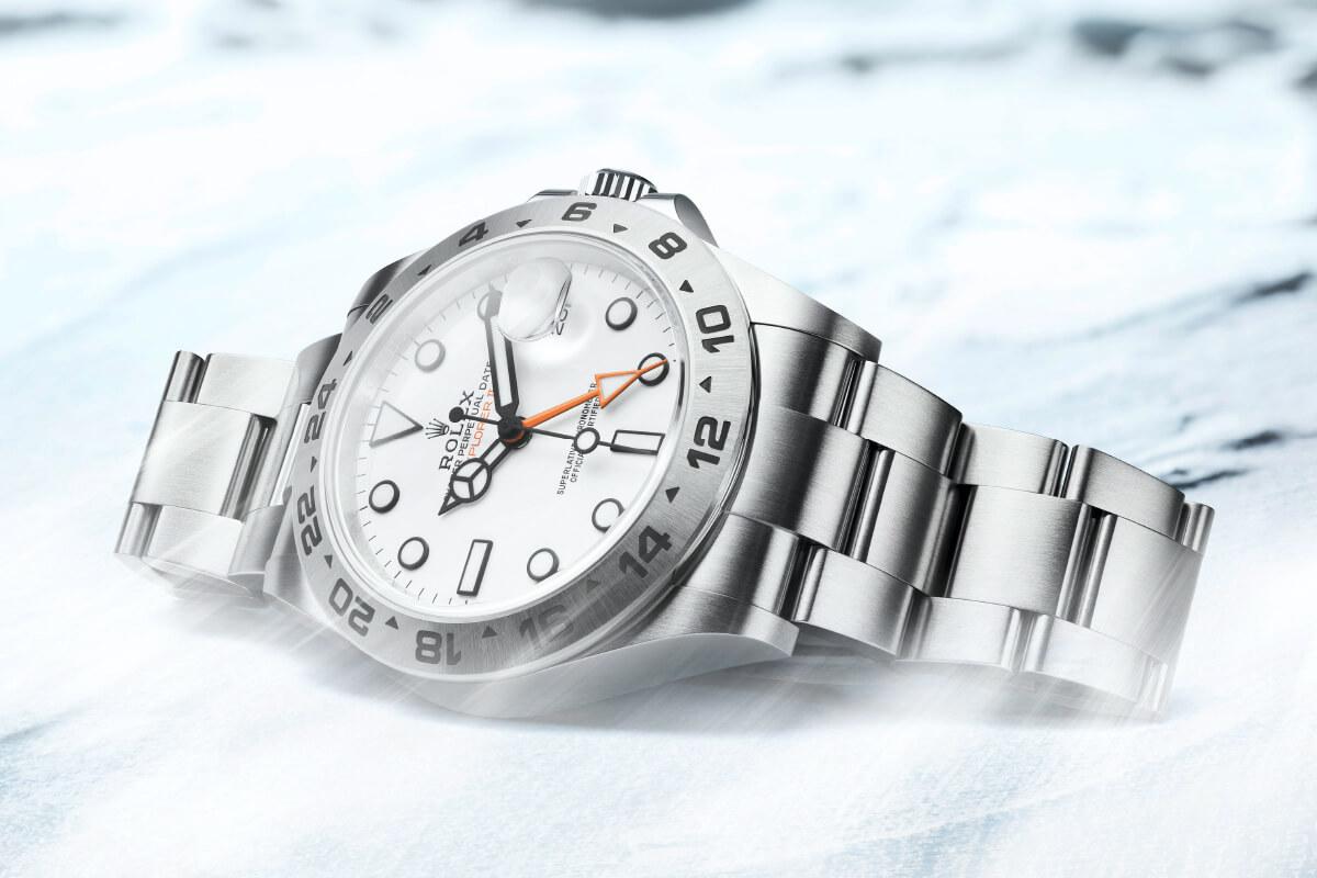 Rolex Explorer II deitado em fundo de gelo e pedra © Rolex