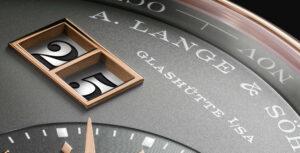 """Detalhe do mostrador de um relógio A. Lange & Söhne onde se pode ler """"Glashütte I/SA"""""""