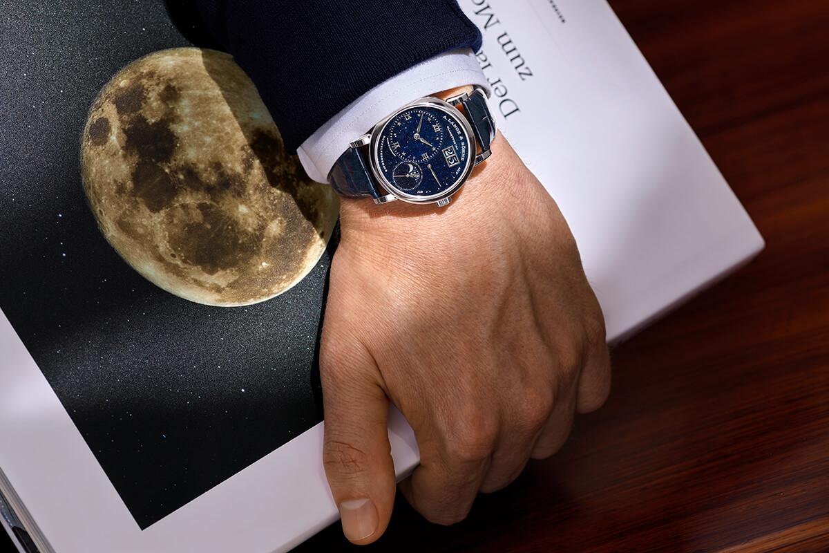 A. Lange & Söhne Little Lange 1 Moonphase com caixa em ouro branco no pulso