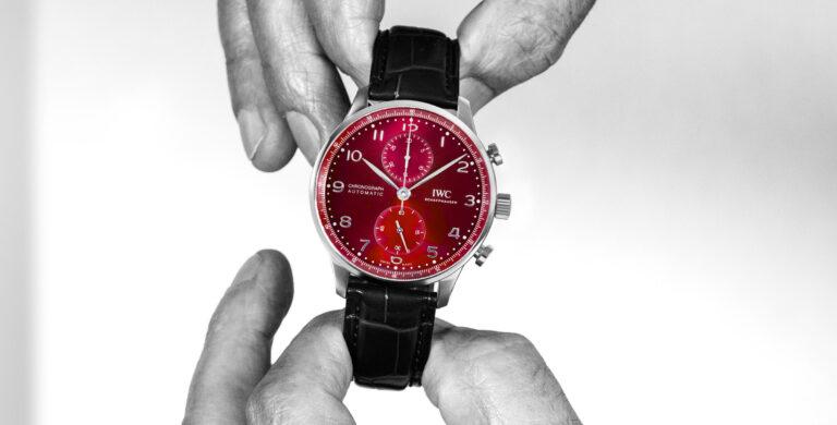 IWC Portugieser Chronograph com destaque para o seu mostrador vermelho burgundy