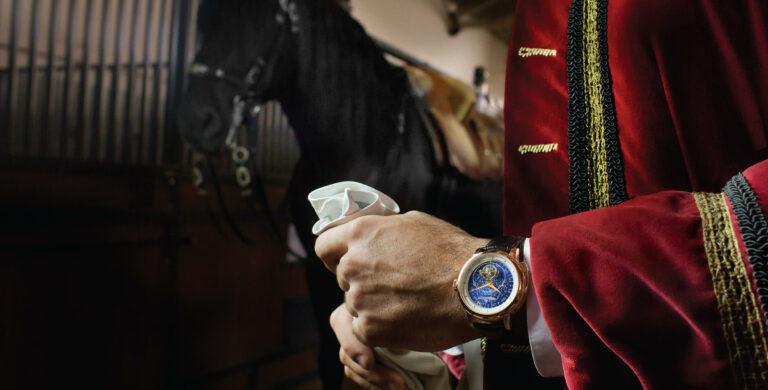 Jaeger-LeCoultre Master Grande Tradition Grande Complication Ref. Q5022480 Ouro rosa - Ø 45 mm, em fundo equestre envolvente | © Paulo Pires / Espiral do Tempo