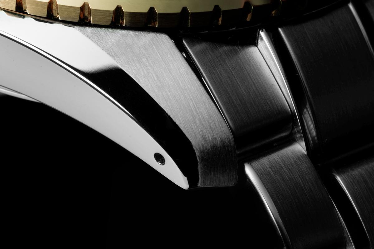 Pormenor bracelete Grand Seiko Spring Drive GMT SBGE248, em fundo preto   @ Paulo Pires / Espiral do Tempo