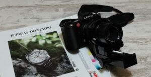 Leica SL com a revista Espiral do Tempo 74 cuja capa tem um Rolex no verde da Serra da Arrábida