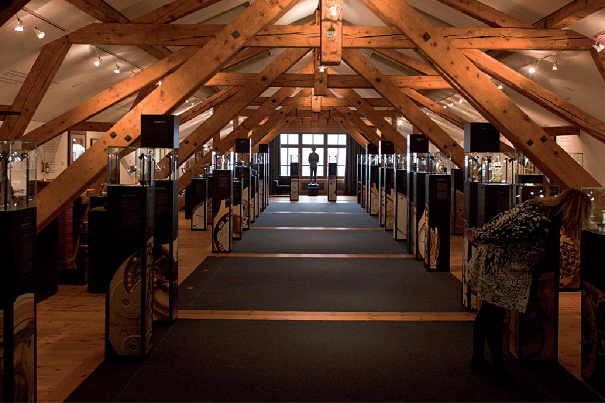 O museu L.U.C.EUM. Fotografia do espaço e do tecto com vigas de madeira.