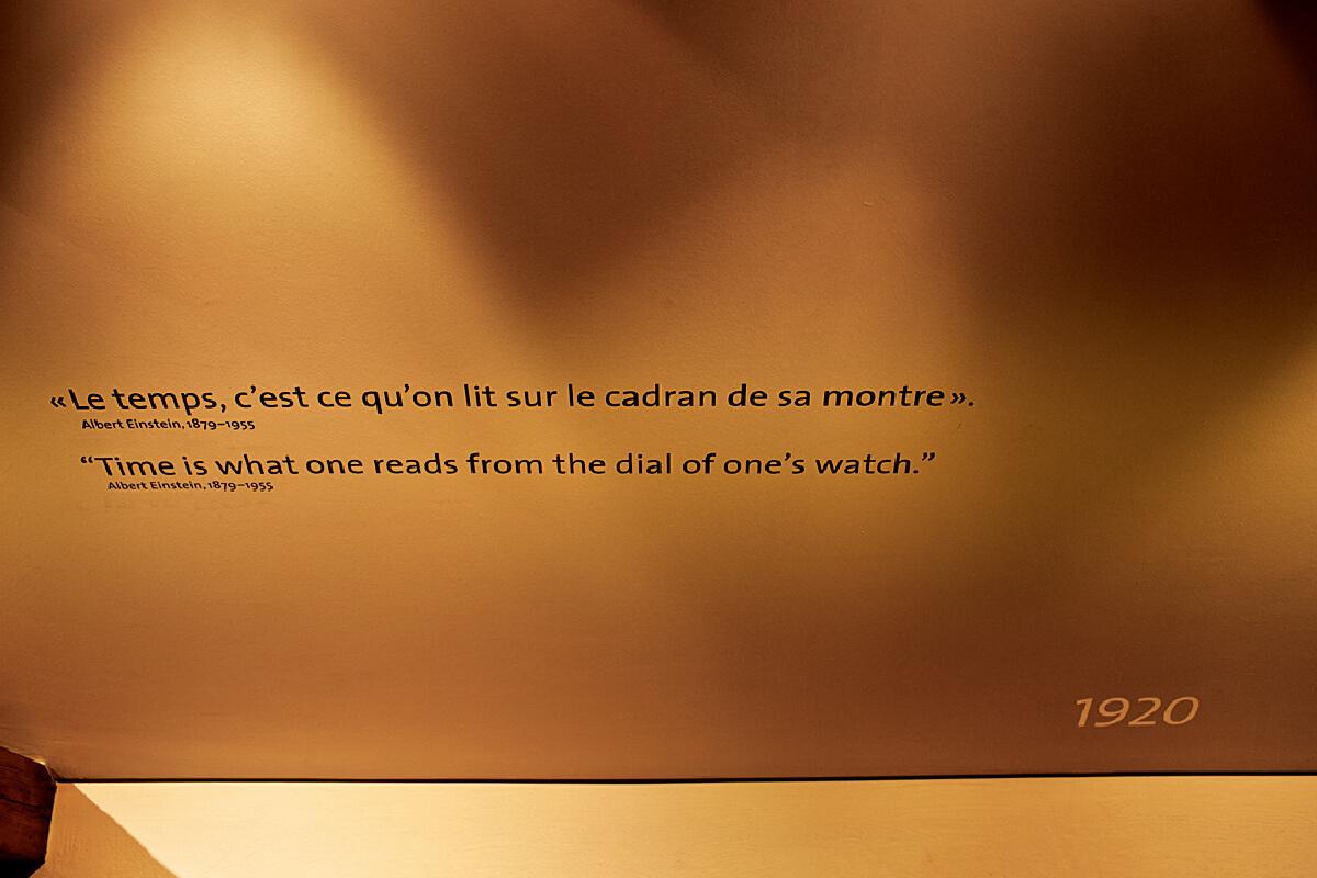 """Fotografia de uma frase de Albert Eisntein exposta no museu L.U.CEUM: """"Tempo é o que cada um lê no mostrador do seu relógio"""""""
