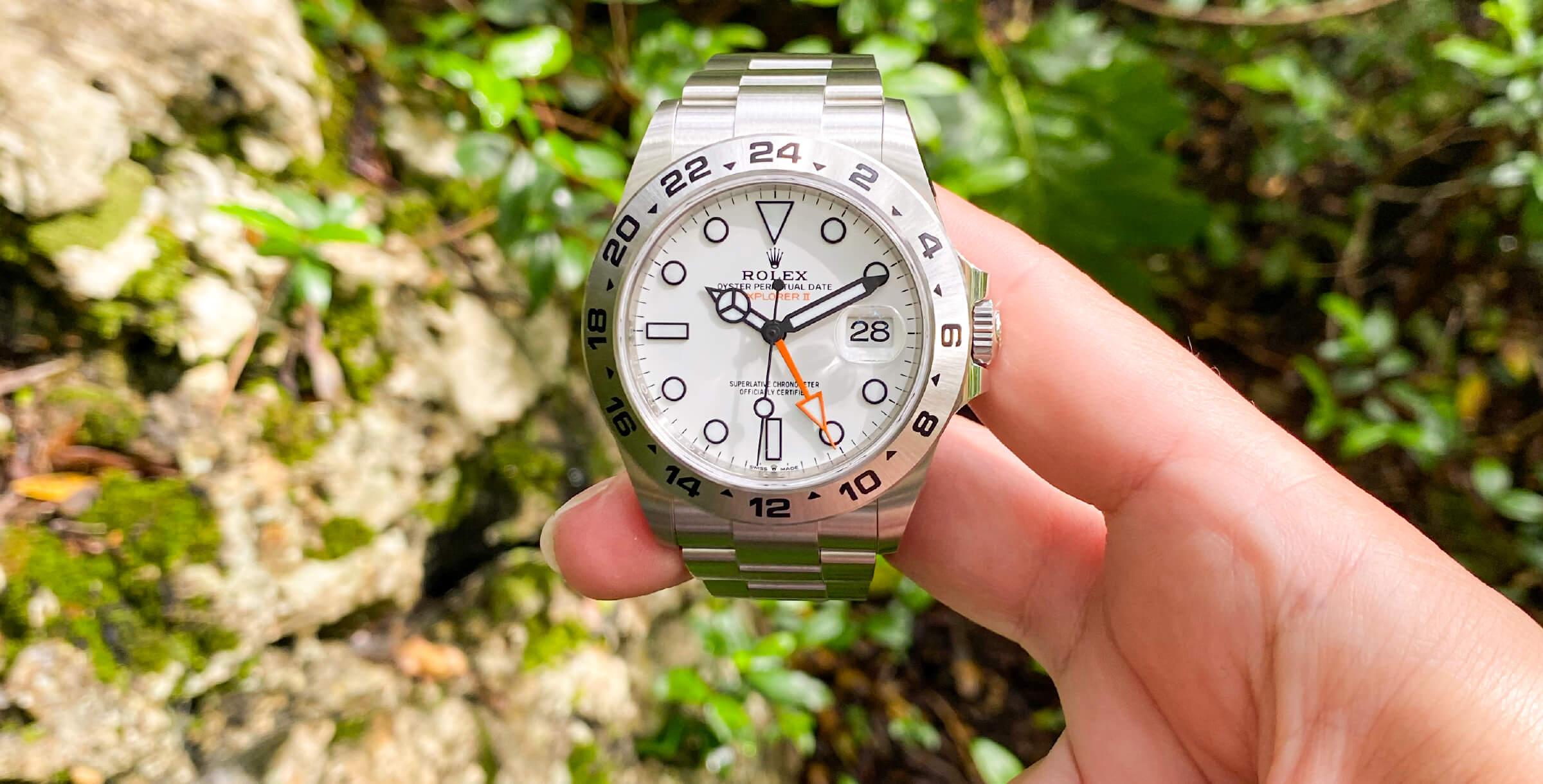 Pormenor mostrador Rolex Explorer II, em ambiente de rocha e vegetação na Serra da Arrábida © Rita Tinoca / Espiral do Tempo