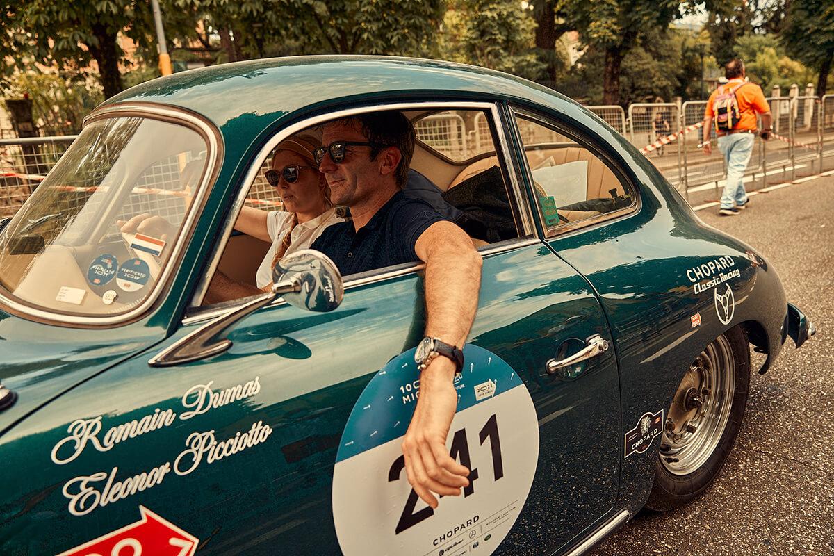 Romain Dumas, embaixador da Chopard, e o seu co-piloto dentro de um carro na corrida Mille Miglia de 2021