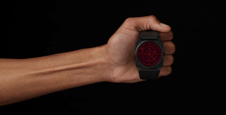 Bell & Ross BR 03-92 Red Radar Ceramic num pulso com uma mão fechada