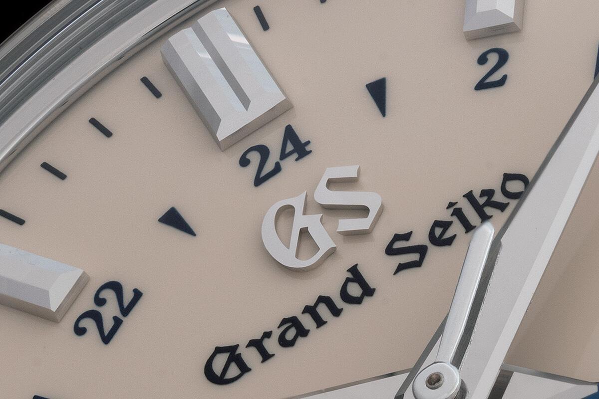 Detalhe dos indexes e do logo da Grand Seiko aplicados no mostrador do Grand Seiko Elegance GMT