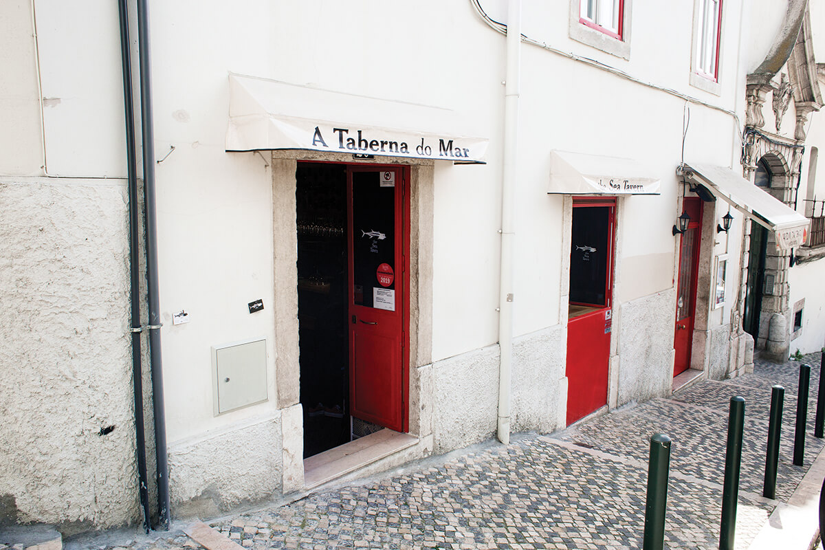 Em pleno coração do bairro, no número 20B da calçada da Graça, a Taberna do Mar é um pequeno tesouro para se descobrir com tempo.